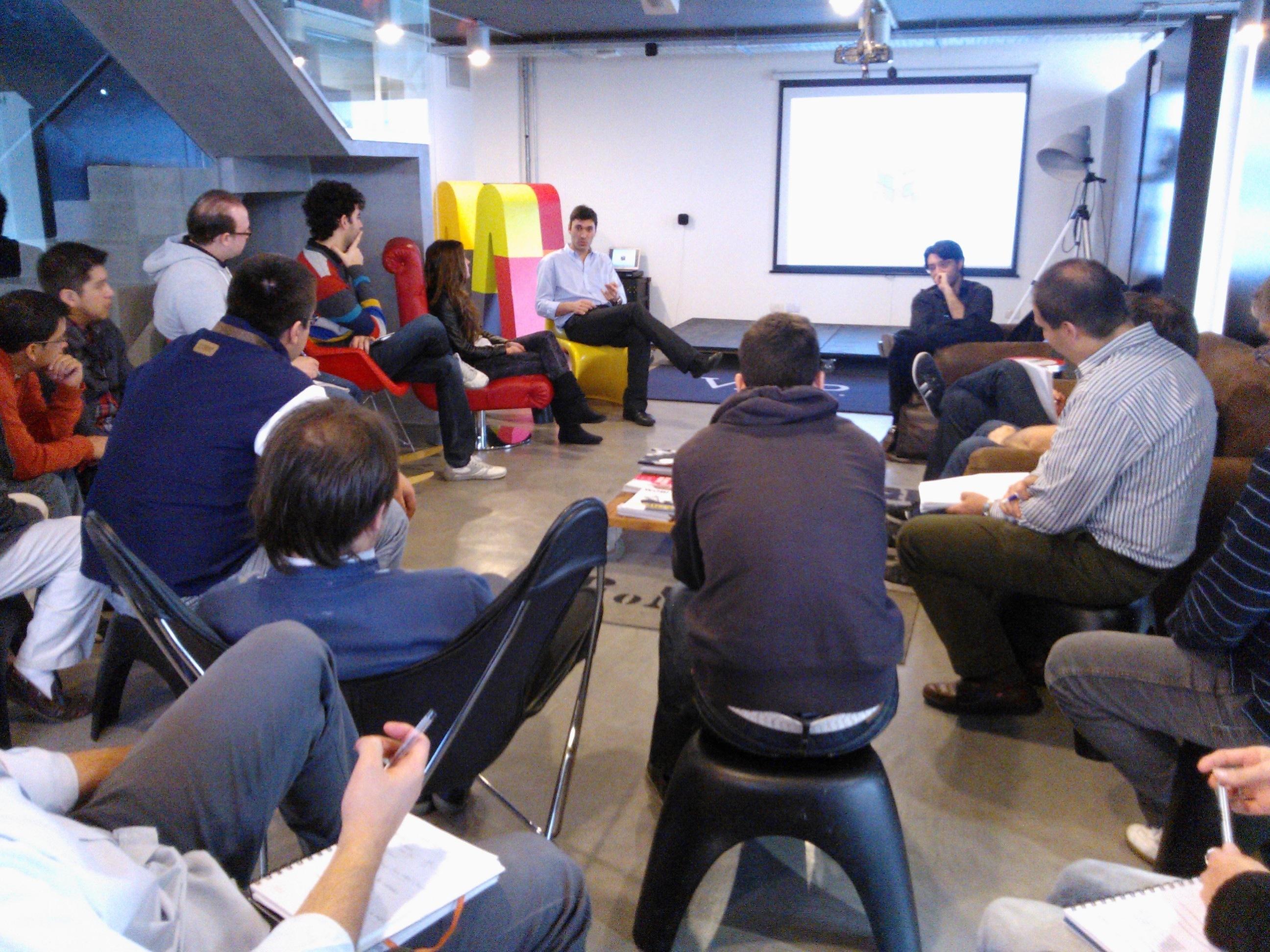 Grupo de personas en una reunión